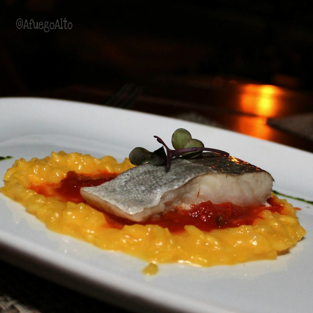 Lomo de bacalao sobre arroz con azafrá
