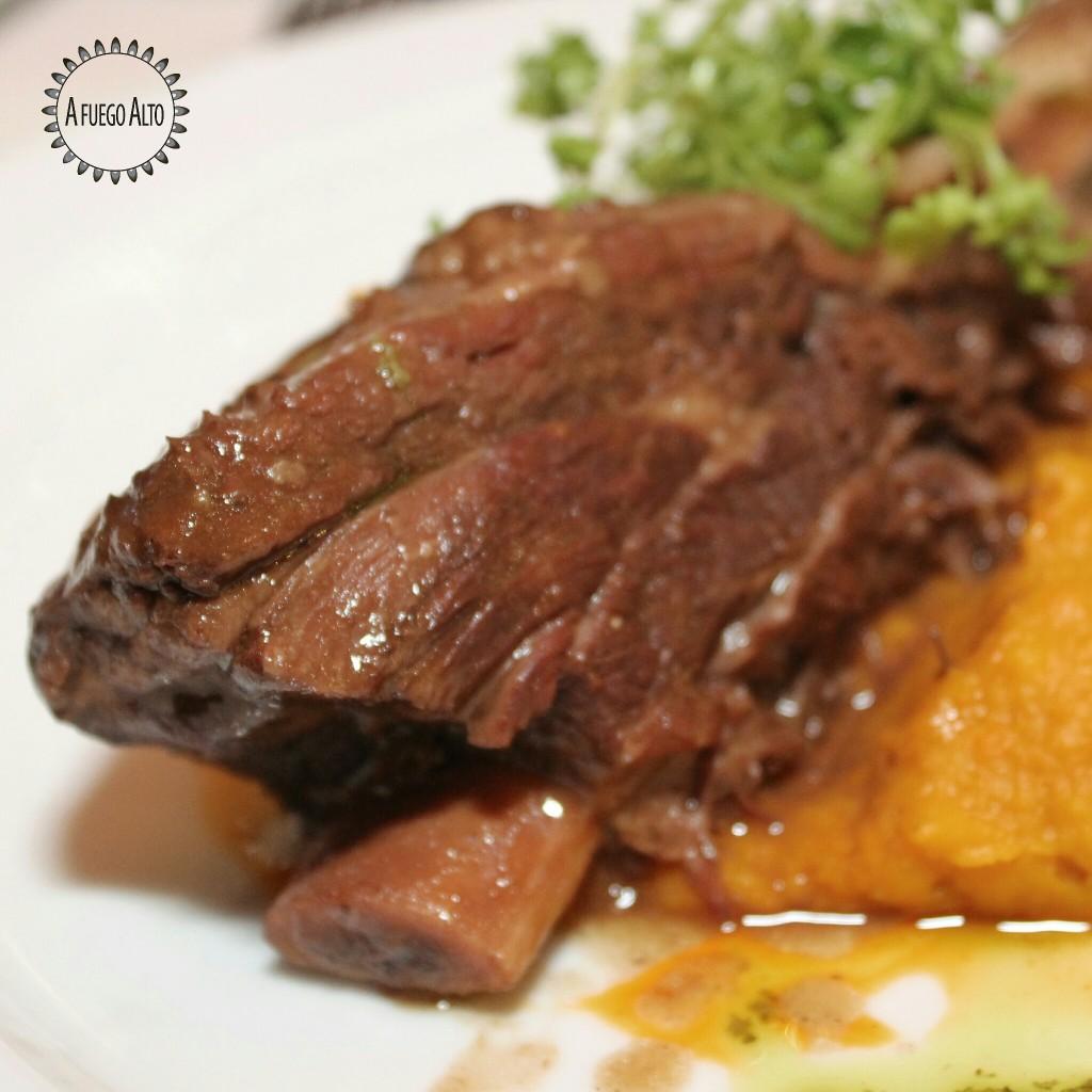 Braised short rib (costilla asada sobre puré de auyama trufado)