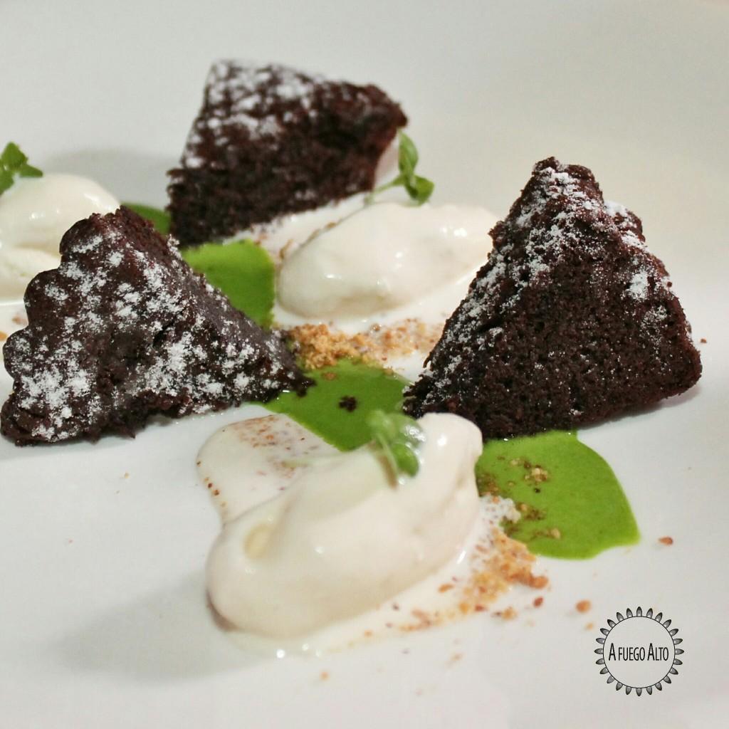 Caprese de chocolate (chocolate, albahaca y helado de vainilla)