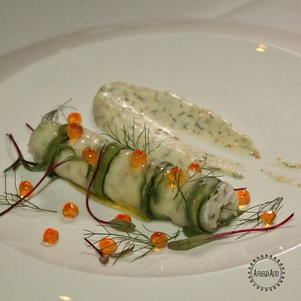Maine Lobster (langosta de Maine envuelta en pepino encurtido, caviar y mayo de alcaparritas)