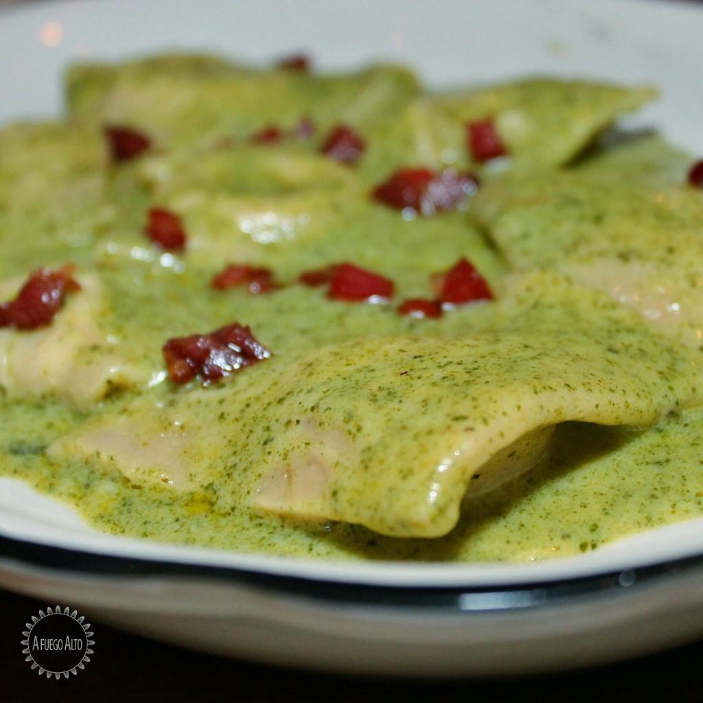Ravioli 4 quesos con pesto cremoso