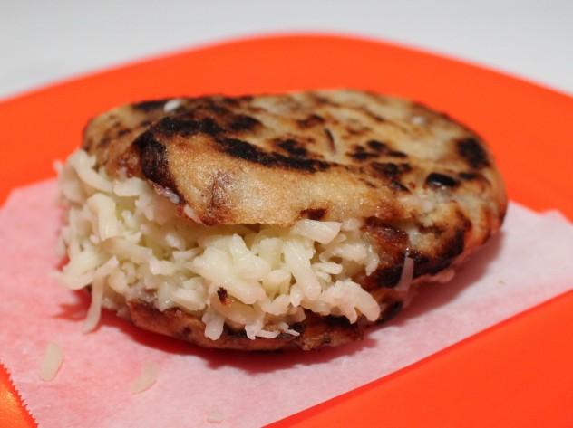 a'guara - Arepa cebolla y tocineta de doble queso