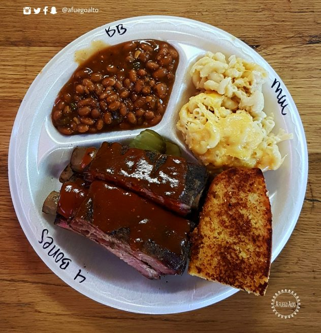 costillas-pan-de-maiz-mac-and-cheese-y-baked-beans-moes-original-bbq