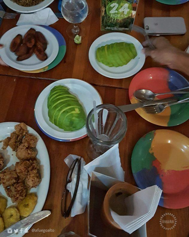 Mesa de comida dominicana con aguacate
