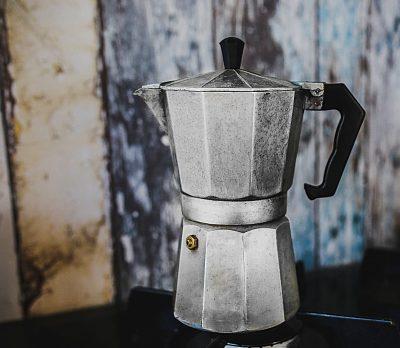 ¿Se debe lavar la greca de café después de usarla?