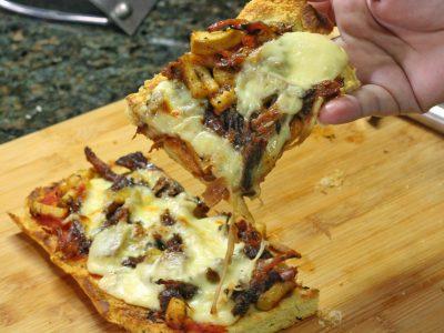 Video receta: Pizza de telera con cerdo y pera