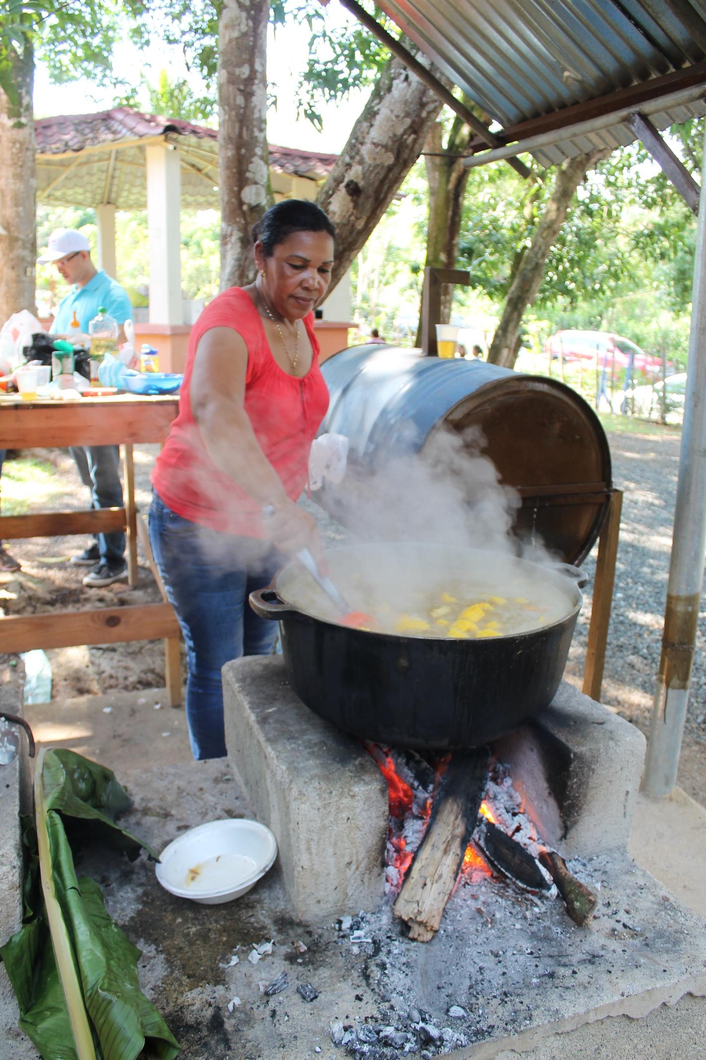 Sancocho dominicano a la leña (plato nacional)